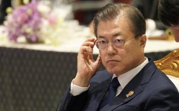 문재인 대통령이 4일 방콕 임팩트 포럼에서 열린 지속가능발전 관련 특별오찬에서 쁘라윳 짠오차 태국 총리의 인사말을 듣고 있다. 사진=연합뉴스