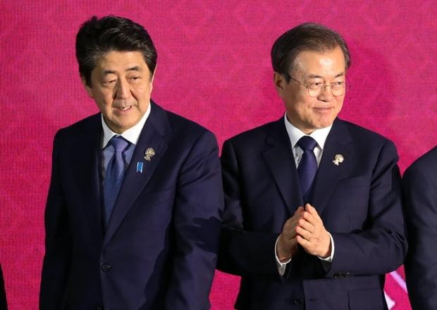 문재인 대통령과 아베 일본 총리가 4일 방콕 임팩트 포럼에서 열린 역내포괄적경제동반자협정(RCEP)에서 기념촬영 후 자리로 향하고 있다./사진=연합뉴스