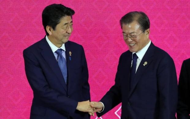 악수하는 문 대통령과 아베 총리/사진=연합뉴스