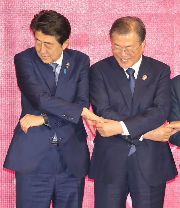 문 대통령과 아베 총리, '밝은표정'/사진=연합뉴스