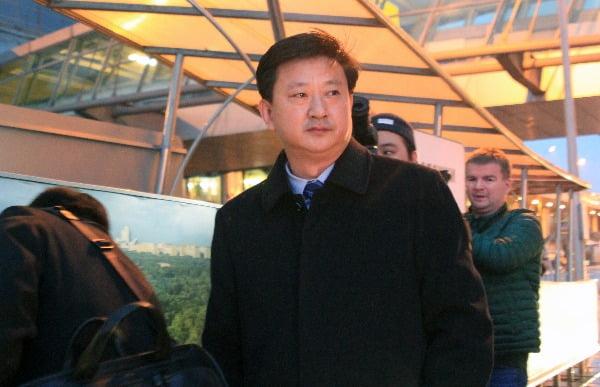 북한 외무성의 조철수 미국 국장이 '모스크바 비확산회의-2019'(MNC-2019) 행사 등에 참석하기 위해 5일(현지시간) 러시아 모스크바 셰레메티예보 국제공항에 도착해 터미널을 나서고 있다 / 사진제공=연합뉴스