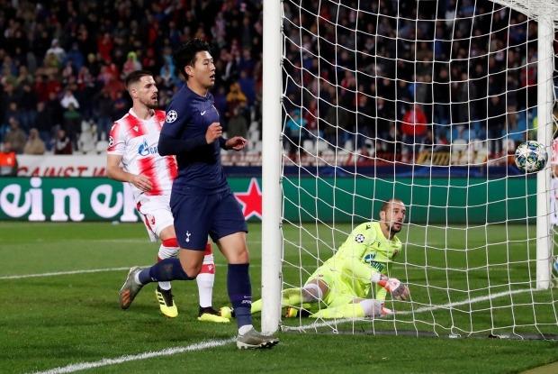 토트넘의 손흥민(가운데)이 6일(현지시간) 세르비아 베오그라드의 라이코 미티치 경기장에서 열린 츠르베나 즈베즈다(세르비아)와의 2019-2020시즌 유럽축구연맹(UEFA) 챔피언스리그(UCL) 조별리그 B조 4차전에서 팀의 세 번째 골을 터뜨리고 있다. 손흥민은 이날 연속골(122·123호골)을 터뜨리며 유럽 프로축구 통산 한국인 최다골 신기록을 세웠다. 사진=연합뉴스