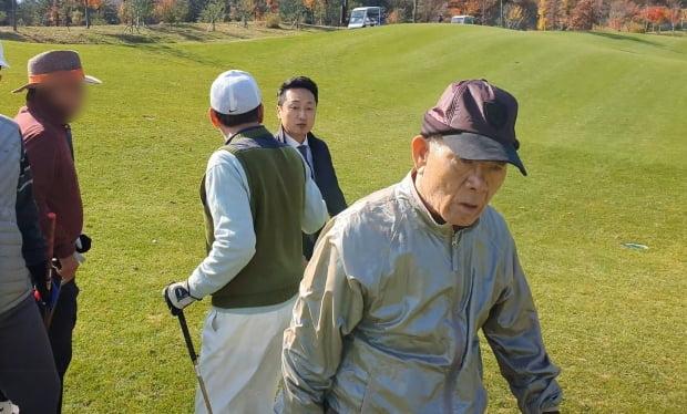 전두환 전 대통령이 지인들과 함께 골프를 치는 모습이 포착됐다. 사진=연합뉴스