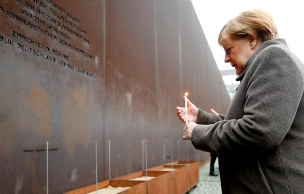 앙겔라 메르켈 독일 총리가 9일(현지시간) 베를린 장벽 붕괴 30주년 기념식에서 희생자들을 추모하고 있다. / 사진=로이터