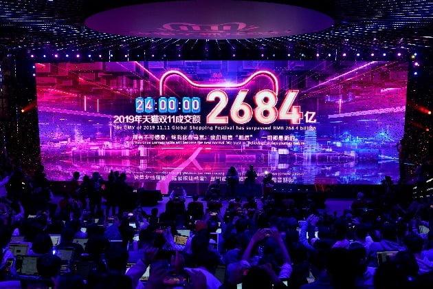 중국 항저우 내 알리바바 그룹 본사 전광판에 12일 자정, 지난 하루동안 광군제 총 매출액이 표시되고 있다. 사진=REUTERS