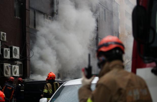 15일 오후 서울 서초구 서초동 진흥종합상가에서 발생한 화재로 연기가 피어오르고 있다. /사진=연합뉴스