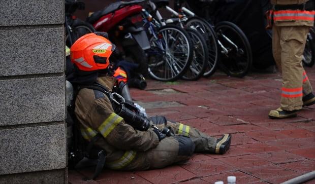 15일 오후 서울 서초구 서초동 진흥종합상가에서 발생한 화재를 진압한 소방관이 휴식을 취하고 있다. /사진=연합뉴스
