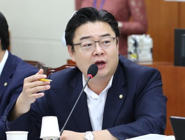 자유한국당이 북한 선원 2명 강제 추방과 우오현 SM그룹 회장 과잉 의전 논란 등을 예로 들며 문재인 정부를 비판했다. 사진은 김성원 자유한국당 대변인 /사진=연합뉴스