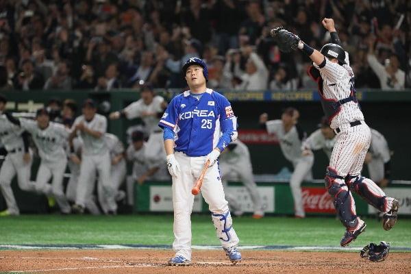 17일 일본 도쿄돔에서 열린 2019 세계야구소프트볼연맹(WBSC) 프리미어12 슈퍼라운드 결승전에서 일본에 3-5로 패하며 준우승을 차지한 뒤 타석에서 한국 양의지가 아쉬운 표정을 짓고 있다/사진제공=연합뉴스