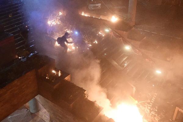 반정부 시위대가 18일 홍콩이공대학 정문으로 통하는 계단에 불을 지르고 있다/사진제공=연합뉴스