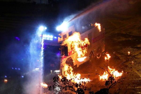 18일 홍콩이공대 주변에 배치된 경찰 차량이 불길에 휩싸여 있다/사진제공=연합뉴스