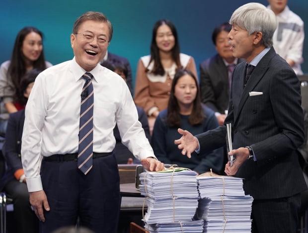 문재인 대통령이 19일 오후 서울 상암동 MBC에서 '국민이 묻는다, 2019 국민과의 대화' 종료 후 시간 관계상 받지 못한 질문지를 전달받고 있다./ 사진=연합뉴스