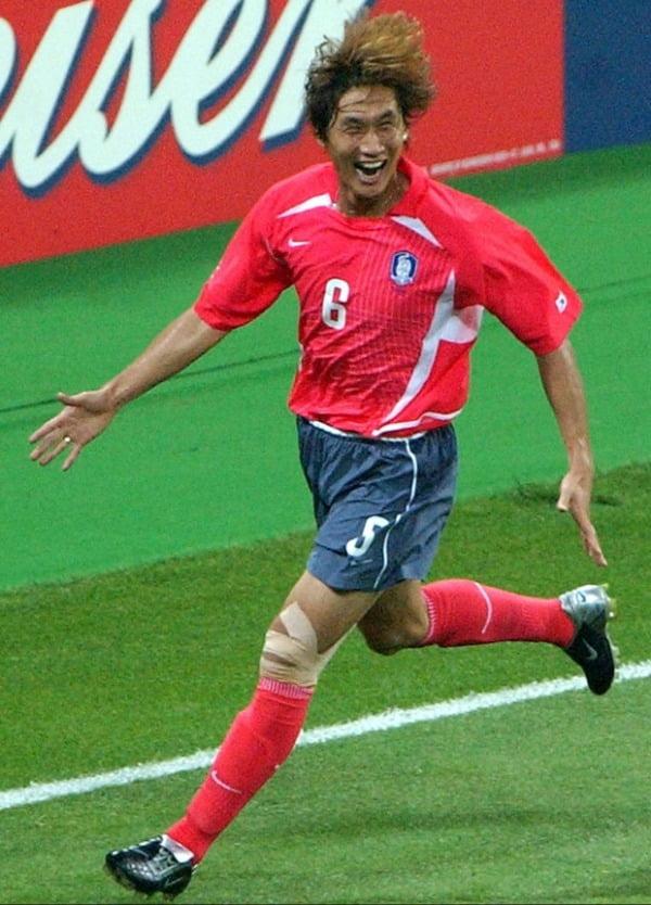 사진은 지난 2002년 6월 4일 부산에서 열린 월드컵 D조 폴란드와의 경기에서 유상철이 한국의 두번째 득점 후 환호하는 모습. /사진=연합뉴스