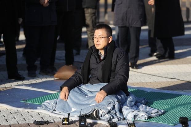 자유한국당 황교안 대표가 20일 오후 청와대 앞에서 국정 대전환을 촉구하는 단식 투쟁을 시작하고 있다. /사진=연합뉴스