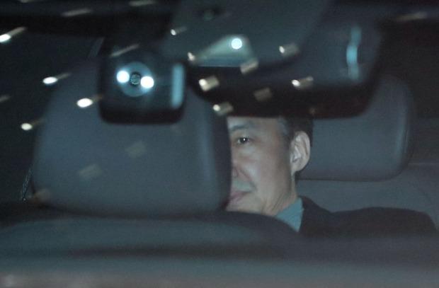 조국 전 법무부 장관이 지난 21일 오후 서울 중앙지검에서 소환 조사를 마친 뒤 차량을 타고 밖으로 나서고 있다. /사진=연합뉴스