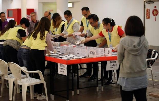 홍콩 구의원 선거일인 24일(현지시간) 오후 구룡공원 수영장에 마련된 투표소에서 관계자들이 개표작업을 하고 있다. /사진=연합뉴스