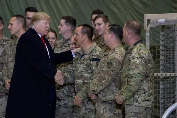 도널드 트럼프 미국 대통령이 추수감사절인 28일(현지시간) 아프가니스탄을 깜짝 방문, 장병들을 격려하고 있다./사진=연합뉴스