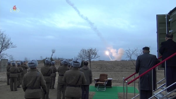 김정은 북한 국무위원장이 리병철 당 군수공업부 제1부부장과 함께 초대형 방사포 사격 장면을 바라보고 있다. 연합뉴스