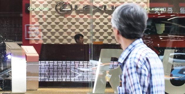 일본 자동차 브랜드인 렉서스의 서울 내 한 전시장을 지나는 시민의 모습. 사진=연합뉴스