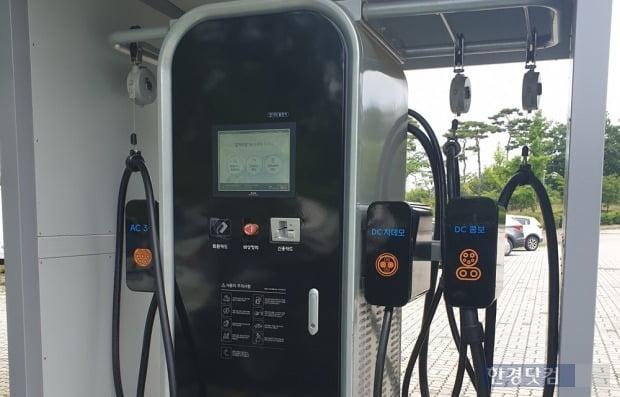 환경부가 설치한 전기차 급속 충전기. 사진=오세성 한경닷컴 기자