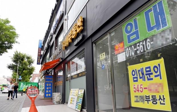 11월 소비자물가 상승률이 4개월 만에 상승세로 돌아섰지만 11개월 연속 0%대 성장률을 보이며 디플레이션을 걱정하는 목소리가 커지고 있다. 서울 압구정동 일대 빌딩에 '임대 문의'를 안내하는 현수막들이 걸려 있다. /사진=허문찬 기자 sweat@hankyung.com