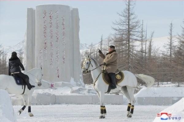 김정은 북한 국무위원장이 군 간부들과 함께 군마를 타고 백두산을 등정했다고 조선중앙통신이 4일 보도했다. /사진=연합뉴스