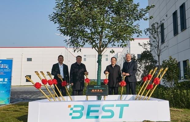 김준 SK이노베이션 총괄사장(오른쪽)이 글로벌 배터리 셀 생산 공장 '베스트(BEST)' 준공식에서 중국 관계자들과 기념 식수를 하고 있다. 사진=SK이노베이션