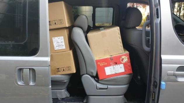 강민구 부장판사가 기부한 책들이 백골 부대 승합차에 실려있다.