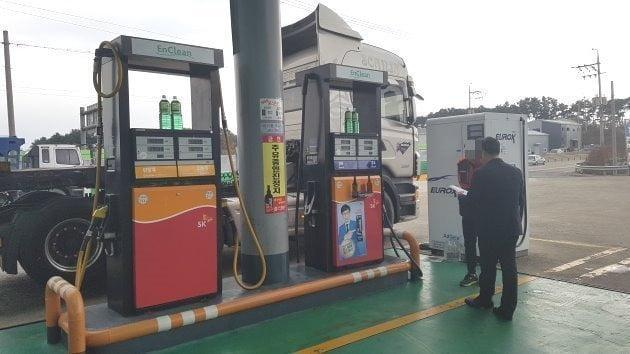 한국석유관리원 직원들이 최근 경기 화성시의 한 주유소에 들러 유가보조금 부정수급 실태를 조사하고 있다.  /조재길 기자