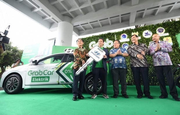 최윤석 현대차 인도네시아공장 법인장(왼쪽 첫 번째)을 비롯한 관계자들이 아이오닉 일렉트릭 전달식에서 기념 촬영을 하고 있다. 사진=현대자동차