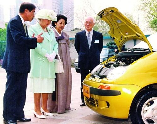 1999년 김우중 전 회장이 대우자동차를 방문한 엘리자베스 2세 영국 여왕과 자동차를 보고 있는 모습. [사진=연합뉴스]