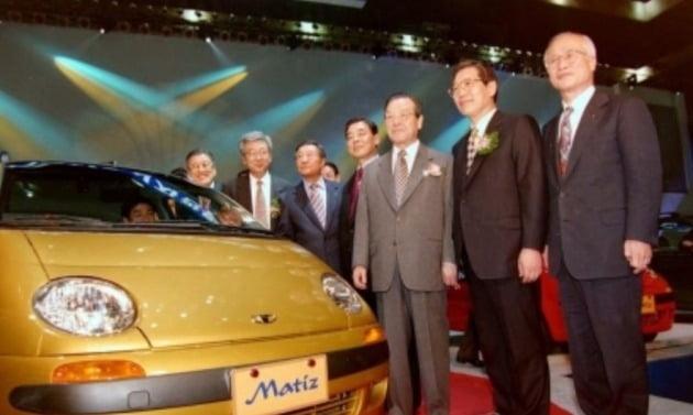 사진은 1998년 3월 27일 당시 코엑스에서 열린 대우차 경차 마티즈 신차 관람회에서 김종필 국무총리(오른쪽에서 세 번째)를 비롯한 내빈들과 기념촬영하는 김 전 회장(오른쪽 끝). [사진=연합뉴스]
