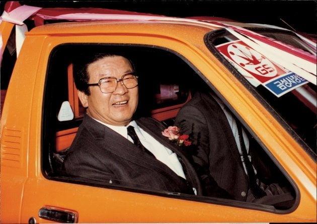 구자경 LG 명예회장이 1983년 2월 금성사 창립 25주년을 맞아 적극적인 고객서비스를 위해 마련한 서비스카 발대식에서 서비스카에 시승해 환하게 웃고 있다. LG 제공