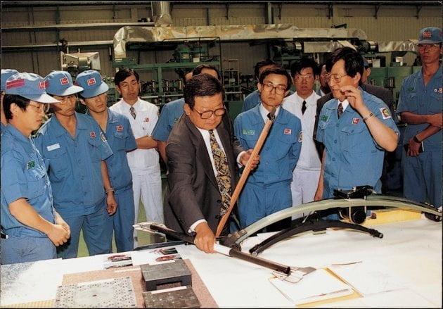구 명예회장(가운데)이 럭키(현 LG화학) 청주공장에서 생산제품을 살펴보고 있다. LG 제공
