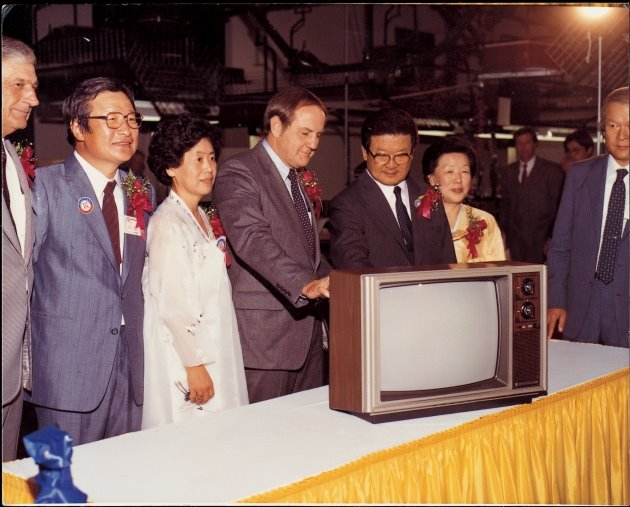 구자경 LG 명예회장(오른쪽 세 번째)이 금성사(LG전자) 미국 현지 생산법인(GSAI)에서 생산된 제1호 컬러 TV를 살펴보고 있다. LG 제공