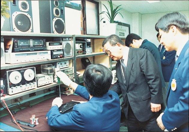 구자경 LG 명예회장(가운데)이 1990년 6월 금성사(LG전자) 고객서비스센터를 찾아 직원들의 애로사항을 듣고 격려하고 있다. LG 제공