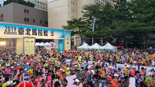 15일 열린 대만 타이베이 국제 마라톤 대회에는 세계 각국에서 2만6000여 명의 참가자들이 몰려 성황을 이뤘다.대한직장인마라톤협회 제공