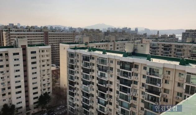 '똘똘한 한 채' 바람을 타고 올해 들어 가격이 급등한 서울 압구정동 현대아파트. 전형진 기자