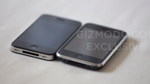 2010년 당시 IT전문매체 기즈모도가 실리콘밸리의 한 술집에서 입수한 아이폰4(왼쪽)의 모습. 나중에 실제 제품으로 밝혀졌다. 기즈모도.