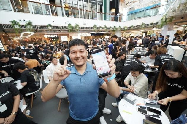 지난 8월(현지 시간) 태국 방콕의 대형 쇼핑몰 '센트럴 월드'에서 진행된 '갤럭시 노트10' 체험 행사에서 소비자들이 제품을 체험하고 있다. /삼성전자 제공