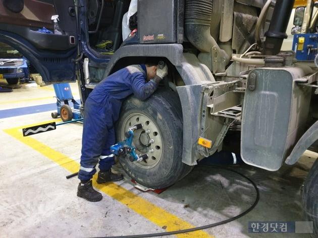 """[현장+] 밤새 트럭을 고쳐야하는 이유…""""내일 생계가 달렸다"""""""