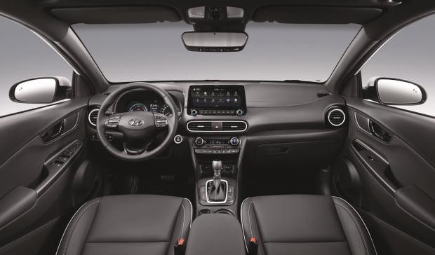 현대차 코나 하이브리드에는 내연기관 모델에서 볼 수 없는 10.25인치 와이드 내비게이션과 첨단 편의사양이 장착됐다. 사진=현대자동차