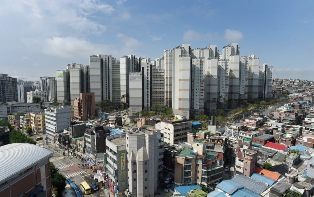 15억원 초과 아파트에 대한 대출을 전면 금지한 '12·16 부동산 대책' 이후 15억원대 매물의 거래가 주춤하자 14억원대로 매도 호가를 낮추는 분위기가 형성되고 있다. KB시세가 15억6500만원으로 책정된 서울 마포래미안푸르지오 단지. /한경DB