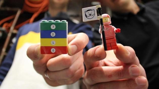 랭커스터대 과학자들이 레고 블록을 절대영도까지 얼려봤다