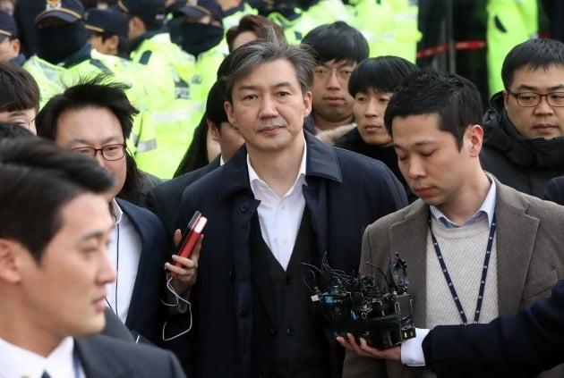 조국 전 법무부 장관이 26일 서울동부지방법원에서 열린 구속 전 피의자 심문(영장실질심사)을 마치고 법정을 나서고 있다. 연합뉴스