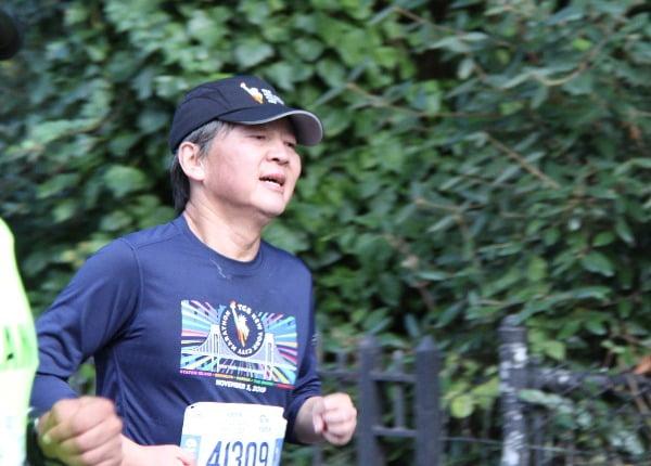 스탠퍼드대 방문학자 자격으로 미국에 체류 중인 것으로 알려진 안철수 전 바른미래당 의원이 지난 11월 3일(현지시간) 뉴욕시티마라톤에 참가해 달리고 있다. 사진=연합뉴스.