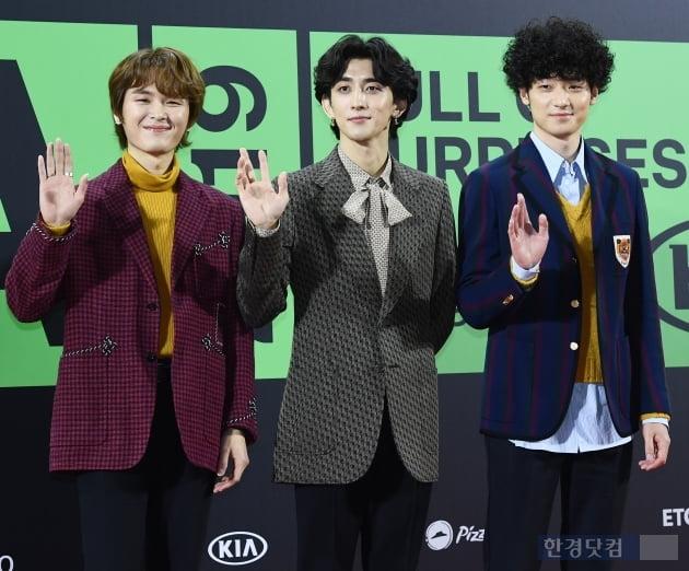 [포토] 잔나비, '부드러운 손인사~' (2019 멜론뮤직어워드)
