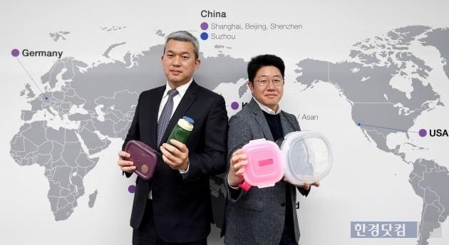 (왼쪽부터)김형석 유럽팀 팀장과 김용선 미주팀 팀장이 락앤락 제품을 선보이고 있다. (사진 = 최혁 한경닷컴 기자)