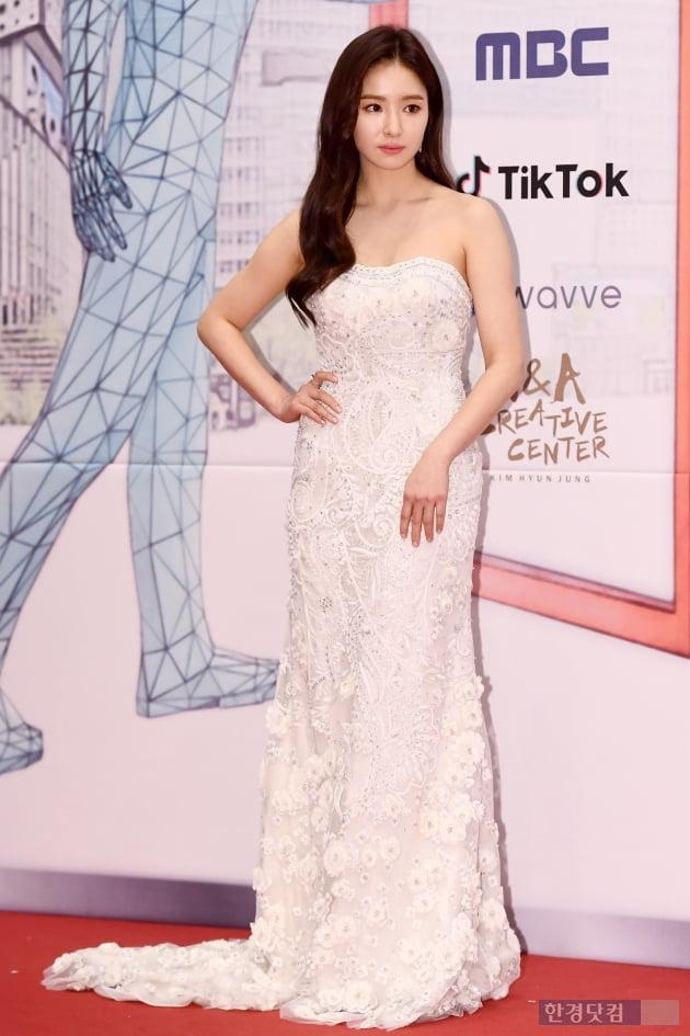 [포토] 신세경, '튜브톱 드레스로 우아하게~' (2019 MBC 연기대상)