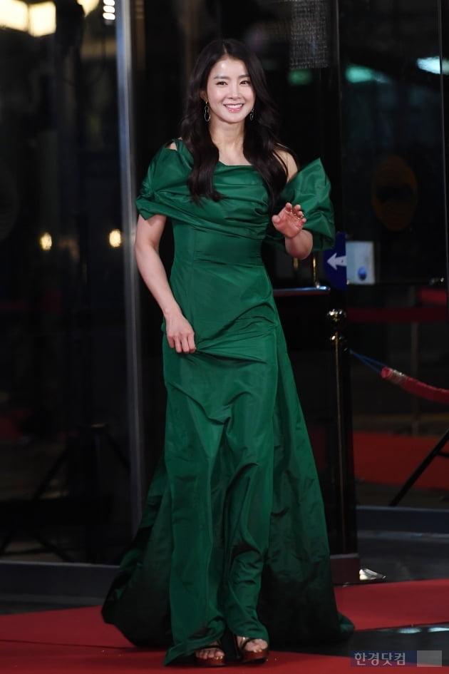 [포토] 이시영, '레드카펫에 그린 드레스 입고'(2019 KBS 연기대상)